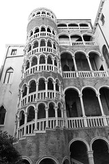 Palais Contarini de Bovolo, Venise (Franck.Robinet) Tags: tower stairs staircase stairway bnw blackandwhite monochrome mono architecture architect city cityscape building sky skyscraper venise venice spiral