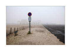 Boulevard de la mer. (Scubaba) Tags: europe france pasdecalais couleurs colors brouillard fog stellaplage panneaudesignalisation roadsign