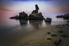 Estrellita Estrellita .. estate quietecita (jcasas_10) Tags: girona costabrava piedras starfish estrellademar rojo sea mar longexposure largaexposicion nikon amanecer sunrise d750 beach