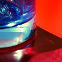 carmin: un nuage de bleu sur du vermillon (dmnq_fenot) Tags: glass macromondays object