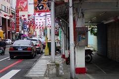 En arrivant à Hualien (8pl) Tags: ville hualien téléphone téléphonepublic phonebooth villedécorée store poteaux rue trottoir scooter