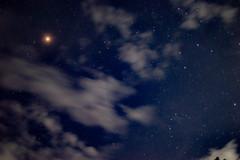 Marte, como un pequeño sol en la noche estrellada (Javier MarDu) Tags: marte mars noche night nocturna cielo sky astrofotografía astronomía astrophotography stars estrellas longexposure