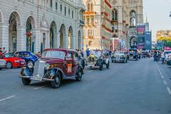 Start at the Vienna City Hall (a7m2) Tags: viennaclassicdays rathausplatz cityhall ringstrasse innerestadt city technik automobile oldtimer parade nostalgie fans zuschauer