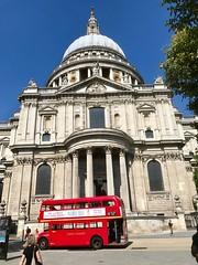 St. Paul's Cathedral, London (John D McDonald) Tags: iphone iphone7plus appleiphone appleiphone7plus london geotagged church cathedral churchofengland anglican wren christopherwren sirchristopherwren cityoflondon architecture renaissance baroque squaremile dome bus londonbus red redbus
