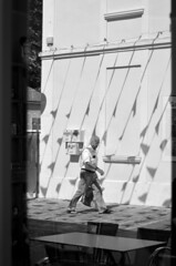 En pleine réflexion... (BluRabbit) Tags: noiretblanc nb blackandwhite bw nikond5100 fouras charentesmaritimes rue street photoderue streetphotography peoples