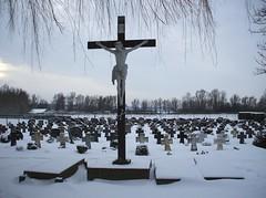 Ooij, Sint Hubertuskerk (Stewie1980) Tags: nederland netherlands ooij gelderland kerk kerkhof kruis jezus catholic church cemetery winter snow sneeuw cross jesus fujifilmfinepixa700 fujifilm finepix a700