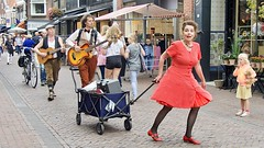 The Sugar Berries (andzwe) Tags: meppel dmd donderdagmeppeldag 2018 trio hoofdstraat sugarberries panasonicdmcgh4 street performers reddress surprise wonder icecream girl geastruiksma guidoderoos dirkvanweerden vintage classic 50s jazz doowop travelingband amazed surprised verbaast verbazing teddybear movement dekartrekken powerwoman sterkevrouw lady dress dame rodejurk redshoes rodeschoenen red rood amp kar mobileamp guitar bass netherlands nederland