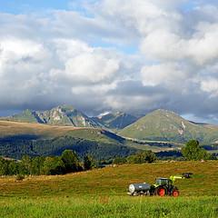 Puy de Sancy, Auvergne, France (pom'.) Tags: panasonicdmctz101 august 2018 picherande auvergnerhônealpes issoire lesancy massifdusancy 63 puydedôme auvergne puydesancy 1885 massifcentral stratovolcano volcano montsdore clouds 100 200 300 400