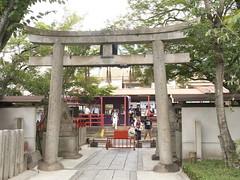 Passengers throgh the shrine gate (yukky89_yamashita) Tags: 車折神社 京都市 嵐電 車折神社駅 kyoto station shrine gate passengers