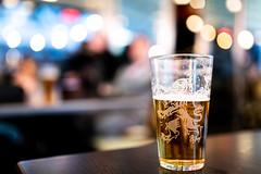 Åbro (Katzenfutter) Tags: colors colours art d850 stockholm street glas glass pint starkøl sweden starköl öl åbro getränk beverage pub 35mm sigma iso highiso bokeh bier beer