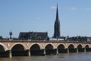 Vue sur le pont de pierre et la basilique Saint Michel, Bordeaux, Gironde, Aquitaine, France.