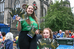 Pippin (Cycling-Road-Hog) Tags: candid canoneos750d citylife colour efs1855mmf3556isstm edinburgh edinburghfringefestival2018 lipstick people places redlipstick royalmile scotland street streetphotography streetportrait style urban