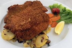 Lecker Essen (ingrid eulenfan) Tags: essen mittagessen lebensmittel schnitzel fleisch bratkartoffeln rohkost sassnitz restaurant zitrone mahlzeit
