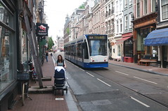 Een zomerdag in Amsterdam (peter.velthoen) Tags: amsterdam utrechtsestraat combino gvblijn14 zomerdag moedermetkinderwagen buggy steun stutten oudegevel gvb2070 petervelthoen people road building