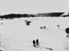 Autour des pièces d' eau gelées (LUMEN SCRIPT) Tags: silhouette shadow light dream atmosphere mood unsharp blur france versailles winter ice contrast snow blackandwhite streetphotography people perspective monochrome cmwd