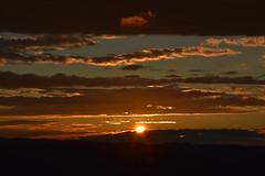 DSC_3762 (griecocathy) Tags: paysage soleil coucher nuage ciel sombre lumineux noir gris jaune blanc bleutée beige oranger rayon