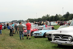 Watching cars is a fun day out (Davydutchy) Tags: oldtimerdag ruinerwold drenthe drente nederland netherlands niederlande paysbas holland classic klassiek klassiker veterán oldtimer auto car automobile automobiel bil avto voiture vehicle pkw show people visitors audience watchers boy boys ford f100 peugeot 504 datsun triumph tr3a meadow wiese weide grasveld august 2018