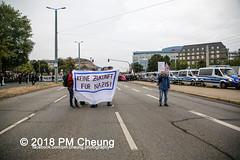 """Pegida-AfD-Pro Chemnitz Trauermarsch und Gegenprotest """"Herz statt Hetze"""" – 01.09.2018 – Chemnitz –IMG_6506 (PM Cheung) Tags: chemnitz neonazis hetzjagd danielh herzstatthetze afd alternativefürdeutschland pegida nazis rechtsextremisten prochemnitz antifa antifademonstration egotronic antifastattdeutschland 2018 01082018 wwwpmcheungcom sachsen demonstration schweigemarsch trauermarsch björnhöcke lutzbachmann hooligans antinaziproteste naziaufmarsch gegendemonstration blockade npd polizei karlmarxmonument polizeieinsatz pomengcheung antifabündnis protest auseinandersetzungen blockaden pmcheung mengcheungpo pmcheungphotography linksradikale aufmarsch rassismus facebookcompmcheungphotography rechtspopulismus"""