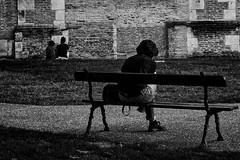 Fin de l'été, un dimanche soir (VincentS.) Tags: nikon nikkor 35mm eté soir dimanche herbe banc cathédrale saintetienne mélancolie couple célibat