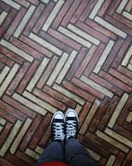 Castello di Bracciano, Bracciano. (Ramona Anitsuga) Tags: floor oldfloor piso brickfloor ladrillo bricks bracciano roma rome italia italy europe europa travel travelphotography feet converse pattern diseño design