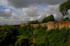 Montreuil-sur-mer (hervétherry) Tags: france hautsdefrance pasdecalais montreuilsurmer canon eos 7d efs 18200 rempart fortification vauban mur nuage paysage