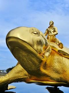 Nieuwpoort 2018 (12) Kunst aan zee: 2003 Beaufort. Baken door Jan Fabre: bronzen zeeschildpad bereden door de kunstenaar. - Have a nice Weekend!