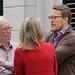 Prins Constantijn in gesprek met beeldhouwer Kees Verkade