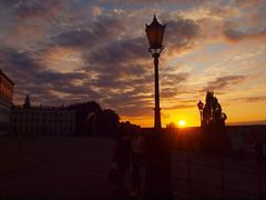 SONNENUNTERGANG AM SCHLOSSP8317437 (hans 1960) Tags: sun sunset sonne sonnenuntergang sol soleil laterne himmel sky farben colour people paar posing nature natur outdoor outside