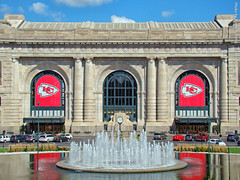 Union Station, 12 Sept 2018 (photography.by.ROEVER) Tags: kc kansascity kansascitymissouri kcmo unionstation kansascityunionstation railstation railroadstation trainstation building architecture fountain kauffmanfountain kcchiefs kansascitychiefs 2018 september september2018 missouri usa