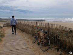 (LV diaphragm) Tags: france fujifilm x30 la rochelle street rue ocean sea mer lines speed vitesse blurred blur sunset surf session noir blanc white black monochrome