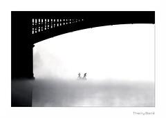 Rhone Brume RB4 BW Rt Bd Sg Rd1 IMG_2141 (thierrybarre) Tags: blackandwhite bw noiretblanc graphisme barque bateau humain mood ambiance brume highkey pont noir blanc bd