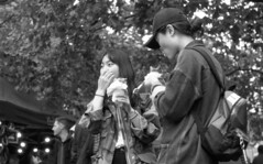 bite (4foot2) Tags: piccadillygardens manchester manchesterpeople peoplewatching people interestingpeople reportage reportagephotography candid candidportrate analogue film filmphotography 35mmfilm 35mm bw blackandwhite monochrome mono oldfilm outofdatefilm expiredfilm experimental girls food asahipentax asahi asahipentaxspotmaticsp spotmatic spotmaticsp sp takumar supertakumar supertakumar11855 supertakuma55mmf18 pentax 2484 kodak2484 kodak hc110 kodakhc110 2018 fourfoottwo 4foot2 4foot2flickr 4foot2photostream
