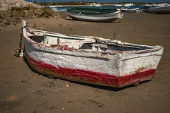 Boats... (hobbit68) Tags: boats boot boote strand beach playa sand spanien spain espana espagne red rot holiday summer sun urlaub andalucia andalusien atlantik meer fujifilm xt2 stein stone