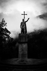 Estatua de Pelayo en Covadonga, Asturias, España (Eugenio Gonzalez) Tags: pelayo rey king cruz cross cruzdelavictoria victorycross espada sword armadura armour niebla mist nube cloud nublado cloudy naturaleza nature icono icon héroe hero verde blancoynegro blackandwhite byn bw