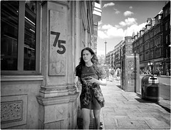 75 (Steve Lundqvist) Tags: portrait persone ritratto street road crossroad streetphotography strada sidewalk english london londra inghilterra england uk britain british life mood location people atmosphere lifestyle shooting leica q cellulare cell telephone candid girl
