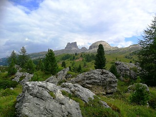 Petits sentiers entre les rochers, face aux Dolomites / Small paths between the rocks, facing the Dolomites