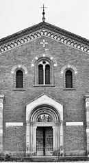 Mailand Basilica di Sant'Eustorgio bw 2 (rainerneumann831) Tags: mailand basilicadisanteustorgio kirche fassade architektur bw blackandwhite ©rainerneumann milano