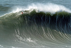 Paddle surf in Nazaré / 4906BWC (Rafael González de Riancho (Lunada) / Rafa Rianch) Tags: surf waves surfing olas sport deportes sea mer mar nazaré vagues ondas portugal playa beach 海の沿岸をサーフィンスポーツ 自然 海 ポルトガル heʻe nalu palena moana haʻuki kai olahraga laut pantai costa coast storm temporal
