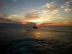 Verso l'infinito nell'ora che volge il disio (Andreas Laimer) Tags: tramonto mare cielo nave colori contrasto smartphone wiko upulse lite