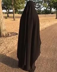 Une soeur parfaite (Aïsha Laharabi) Tags: voilée couverte veiled covered abaya gants beauté belle bonheur libre niqab purdah extérieur femme soeurs khimar bas