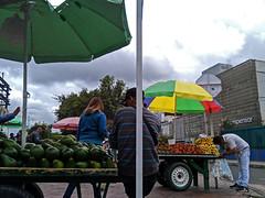 No. 1895 - 4 de septiembre/18 (s_manrique) Tags: calle frutas aguacate personas