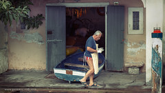 Italian maintenance . . . (Geraldos ) Tags: streetshot streetportrait streethunter portrait licht natuurlijklicht naturallight natürlicheslicht look mood natural naturel puur limone lagodigarda nikon105mmf2ddc nikon d850 geraldos geraldemming