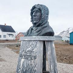 Roald Amundsen (Rainer ❏) Tags: roaldamundsen polarforscher polarexplorer nyålesund siedlung ort wissenschaftler spitzbergen spitsbergen kongsfjord kongsfjorden kingsbay arktischerozean schnee eis norwegen norge norway color x100f rainer❏