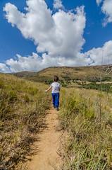 Diego na trilha para a cachoeira do Juju (mcvmjr1971) Tags: vermelho baependi paruqe estadual serra papagaio nikon d7000 mmoraes rural minas gerais 2018 airbnb viagem trilha campo grama