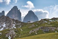 Drei Zinnen (Gutes Licht) Tags: trecime höhenweg berge unesco wanderung landscape italia d750 nature alps alpen outdoors natur montagna dolomiti dolomiten landschaft wandern südtirol hütte hiking dolomits italy abhang berg