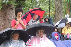 audience in rain 4 c