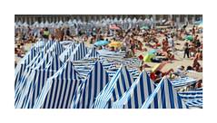 Promiscuité estivale (Yvan LEMEUR) Tags: plage côtedemeraude eté vacances bellesaison tentesdeplage extérieur illeetvilaine bretagne promiscuité promiscuitéestivale sable saintmalo dinard france touristes vacanciers