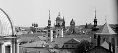 Les punxes de Stare Mesto / Prague spires (SBA73) Tags: praga prague praha prag czechrepublic czechia českárepublika tschechien 布拉格 プラハ charlesbridge pontdecarles karluvmost most pont viewpoint fed2 sovietcamera rangefinder bw bn ilford delta100 vintage film pelicula filmisnotdead industar50 agulles agujas campanars campanarios bell towers torre tower turm staremesto spires