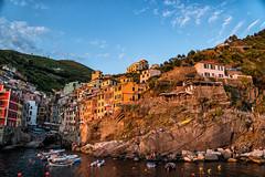 Riomaggiore (Cinque Terre) im Sonneuntergang (stefangruber82) Tags: italy italien cinqueterre sunset village colorful bunt häuser houses sonnenuntergang