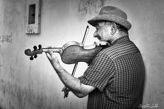 Le violoniste (Mirarmor) Tags: homme bratislava slovaquie monochrome rue
